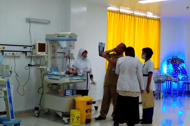 Bayi kembar siam dengan dua kepala satu tubuh dirawat di ruang NICU, RSUD Provinsi NTB, Selasa (11/4/2017).