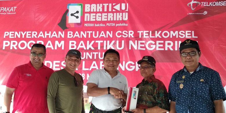 Presiden Direktur Telkomsel Ririek Ardiansyah secara simbolis menyerahkan bantuan CSR Telkomsel kepada Kepala Desa Labengki Djamaluddin di Labengki, Konawe Utara, Sulawesi Tenggara, Kamis (28/3/2019).