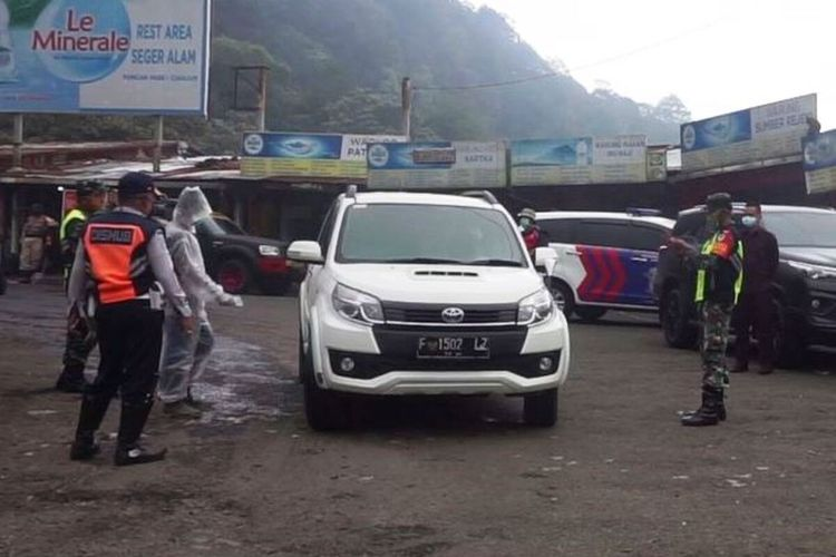 Petugas perbatasan di Kabupaten Cianjur, Jawa Barat, memeriksa kendaraan yang hendak masuk ke Puncak, Ciloto, Cipanas, Cianjur.