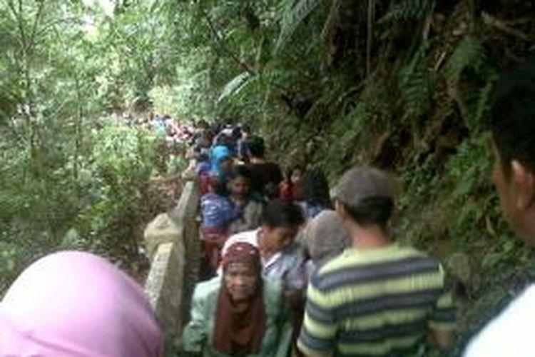 Ratusan pengunjung menuruni 'Tangga Seribu' saat libur lebaran di Bengkulu beberapa waktu lalu.