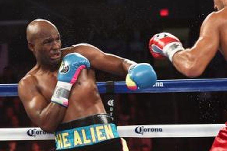 Petinju Amerika Serikat, Bernard Hopkins, bertarung melawan petinju Rusia, Sergey Kovalev, pada pertandingan kelas berat ringan berdi IBF, WBA, dan WBO di Atlantic City, New Jersey, Sabtu (8/11/2014).