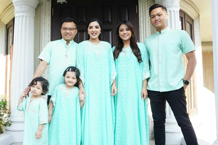 Artis musik Anang Hermansyah bersama sang istri Ashanty Siddik dan anak-anaknya saat ditemui di kediamannya di kawasan Cinere, Depok, Jawa Barat, Rabu (5/6/2019).