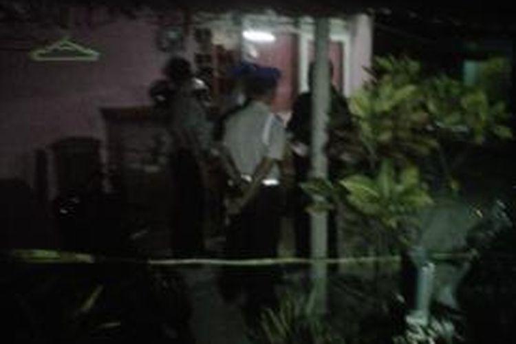 Polisi saat melakukan olah TKP peristiwa penembakan pegawai Lapas Wirogunan