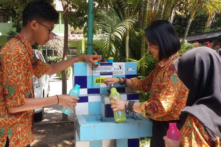 Sejumlah siswa di SMAN 7 Kota Malang saat mengisi air menggunakan tumbler yang dibawanya, Rabu (28/8/2019). Gerakan zero sampah plastik di sekolah itu mengharuskan seluru siswa dan guru untuk membawa tumbler.