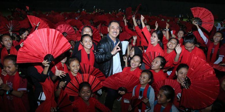 Ketua Panitia Festival Gandrung Sewu Budianto berfoto bersama 1.300 penari yang akan membawakan sendratari epic Gandrung Sewu, di Pantai Marina Boom, Bayuwangi, Sabtu (12/10/2019).