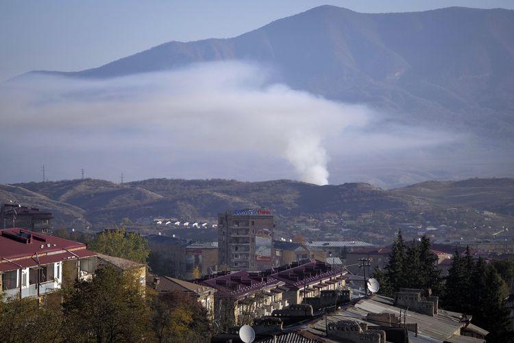 Asap membubung tinggi akibat perang Azerbaijan-Armenia di Stepanakert, ibu kota wilayah Nagorno-Karabakh yang disengketakan kedua negara. Foto diambil pada Sabtu (24/10/2020).