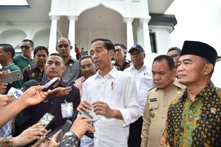 Presiden Joko Widodo saat melaksanakan tanya jawab dengan wartawan di Universitas Muhammadiyah Kota Kupang, Nusa Tenggara Timur, Senin (8/1/2018).