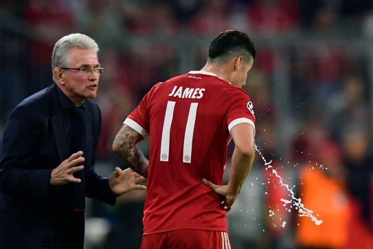 Jupp Heynckes berbicara kepada James Rodriguez di tepi lapangan saat Bayern Muenchen vs Real Madrid pada semifinal Liga Champions di Allilanz Arena, Rabu (25/4/2018).