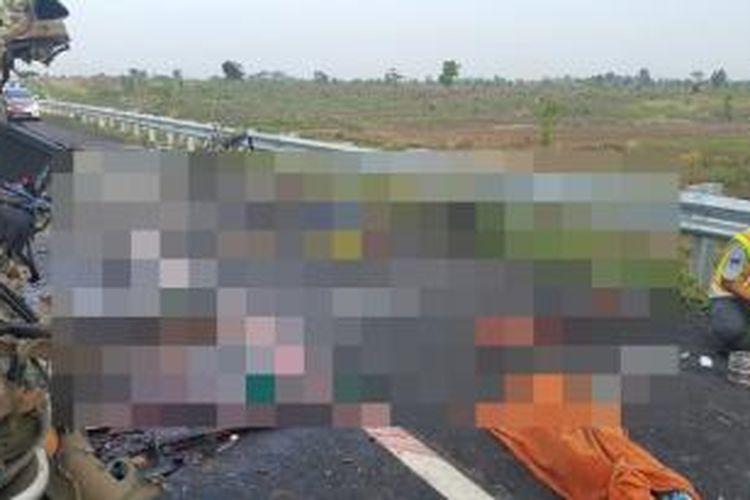 Sebelas orang tewas dan tiga orang luka berat dalam kecelakaan minibus Elf dengan nomor polisi B 8378 OU di Tol Cipali, Jawa Barat, Kamis (3/12/2015).