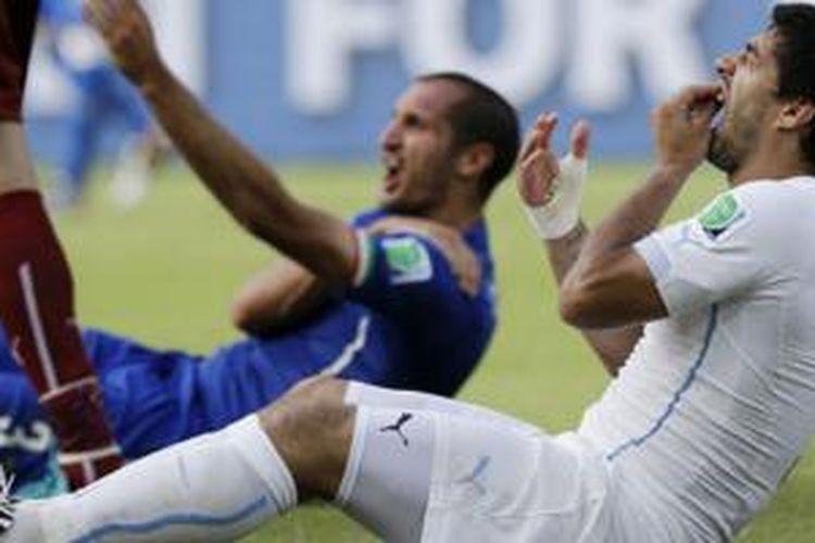 Bukan sekali ini Luis Suarez dituduh menggigit lawan di pertandingan sepak bola.
