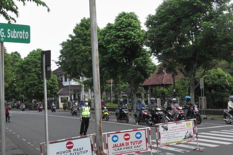 Pemberlakuan satu arah di Jalan Gatot Subroto Purwokerto, Kabupaten Banyumas, Jawa Tengah, Senin (18/5/2020).