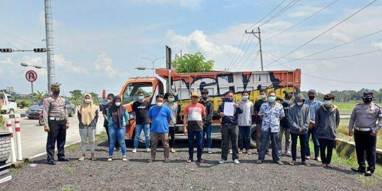 Para pelaku aksi mandi bersama di atas bak dump truk yang ditertibkan polisi.