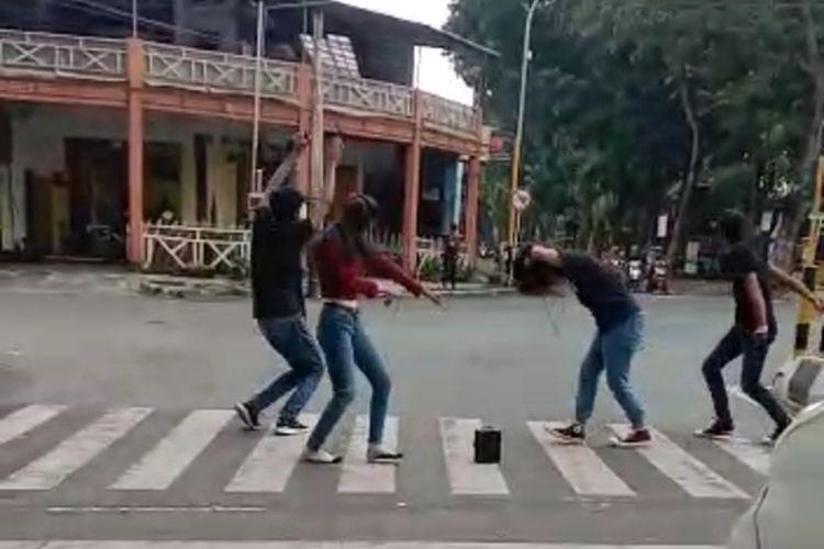 Tangkapan layar video yang menunjukkan aksi muda mudi berjoget di zobra cross di Lumajang, Jawa Timur.
