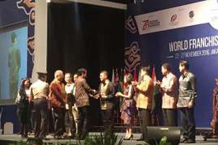 Presiden Jokowi menyerahkan penghargaan kepada pendiri Baba Rafi, Hendy Setiyono