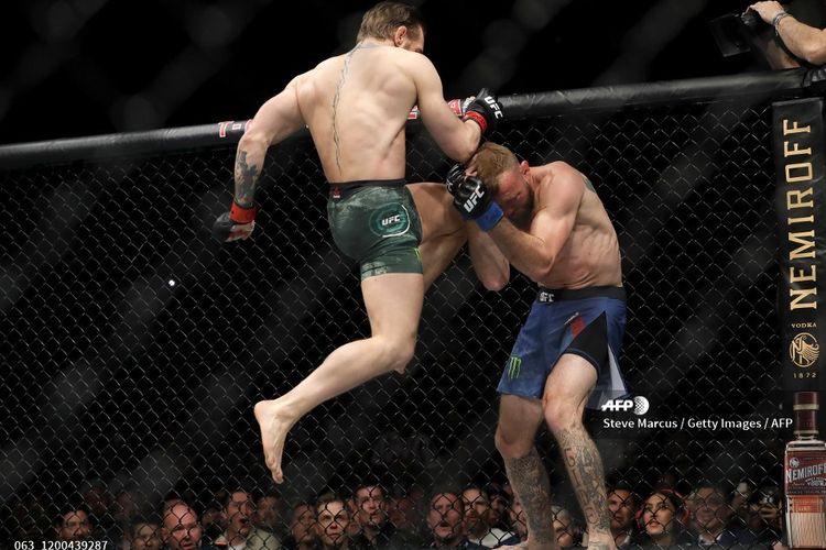 Petarung UFC asal Irlandia, Conor McGregor, melepas tendangan menggunakan lutut ke muka Donald Cerrone pada laga UFC 246 di T-Mobile Arena, Las Vegas, Nevada, pada 18 Januari 2020.