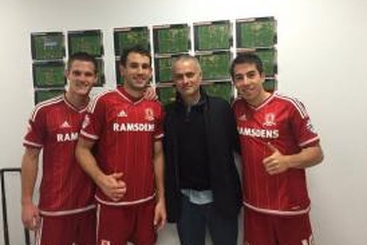 Jose Mourinho mengunjungi kamar ganti Middlesbrough seusai laga versus Brighton di Stadion Amex, Sabtu (19/12/2015).