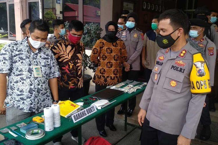 Kapolresta Padang AKBP Imran Amir melihatkan barang bukti komplotan Skimming Bank di Padang, Jumat (23/10/2020)