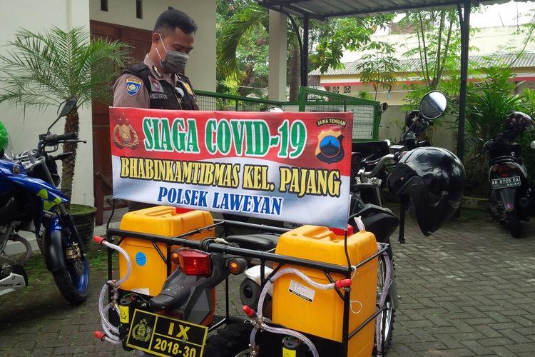 Seorang anggota Bhabinkamtibmas Polsek Laweyan, Solo, Aipda Slamet Widodo (44) memodifikasi kendaraan dinasnya sebagai alat penyemprot disinfektan di Kelurahan Pajang, Kecamatan Laweyan, Solo, Jawa Tengah, Kamis (16/4/2020).