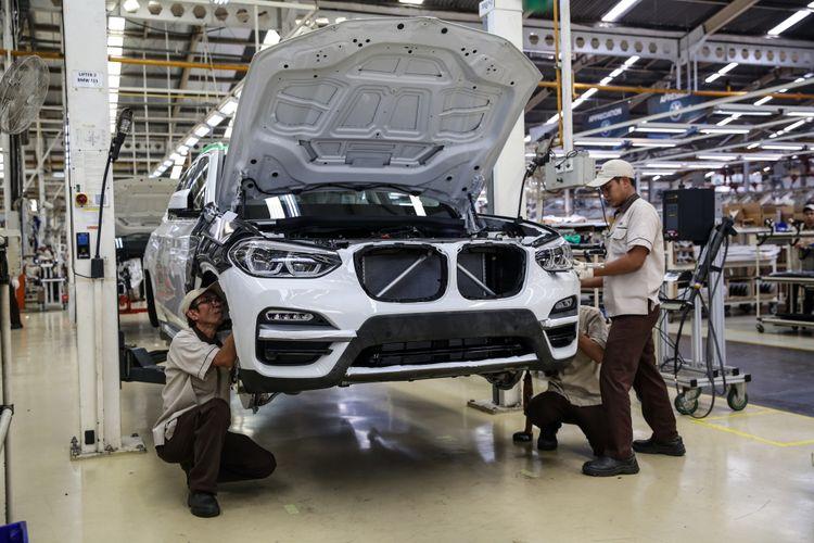Pekerja menyelesaikan perakitan mobil All-new BMW X3 di pabrik BMW Production Network 2, PT Gaya Motor, Jakarta Utara, Rabu (18/7/2018). The All-new BMW X3 xDrive20i rakitan dalam negeri ditawarkan dengan harga Rp 1,009,000,000,- off-the-road.