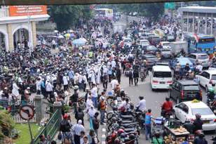 Massa aksi demo mulai bergerak menuju Masjid Istiqlal, Jakarta Pusat, Jumat (4/11/2016). Sekitar seribu pengunjuk rasa menggelar aksi menuntut Polri untuk menegakkan hukum dan memproses Basuki Tjahaja Purnama atau Ahok terkait pernyataannya yang dinilai menyinggung umat muslim di Indonesia.