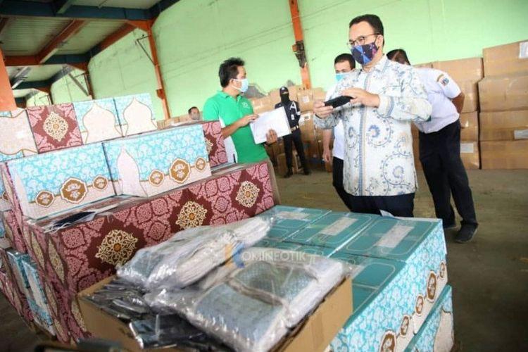 Gubernur DKI Jakarta Anes Baswedan memperlihatkan masker gratis untuk masyarakat DKI Jakarta di Gudang PD Pasar Jaya, Cakung, Jakarta Timur, Rabu (29/4/2020).