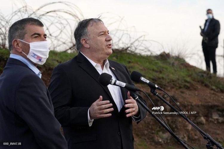 Menteri Luar Negeri Amerika Serikat Mike Pompei berrbicara di sebelah Menteri Luar Negeri Israel Gabi Ashkenazi menyusul pertemuan keamanan di Gunung Bental di Dataran Tinggi Golan, pada 19 November 2020. Mike Pompeo menjadi perwakilan AS pertama yang berkunjung ke permukiman ilegal Israel di Tepi Barat.