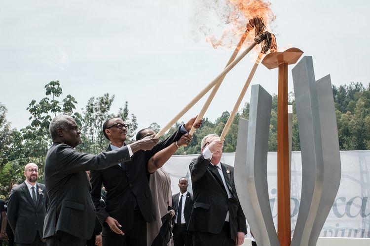 (Dsri kiri) Ketua Uni Afrika Moussa Faki, Presiden Rwanda Paul Kagame dan istrinya, Jeannette, serta Presiden Komisi Eropa Jean-Claude Juncker menyalakan obor dalam peringatan 25 tahun Genosida di Kigali, Rwanda, Minggu (7/4/2019).