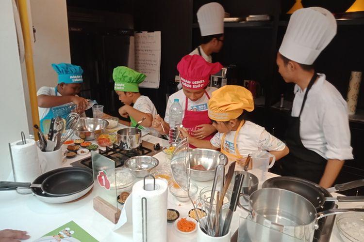 Keseruan anak-anak Sekolah Dasar belajar memasak bersama Nestle dan Association of Culinary Professionals Indonesia (ACPI).