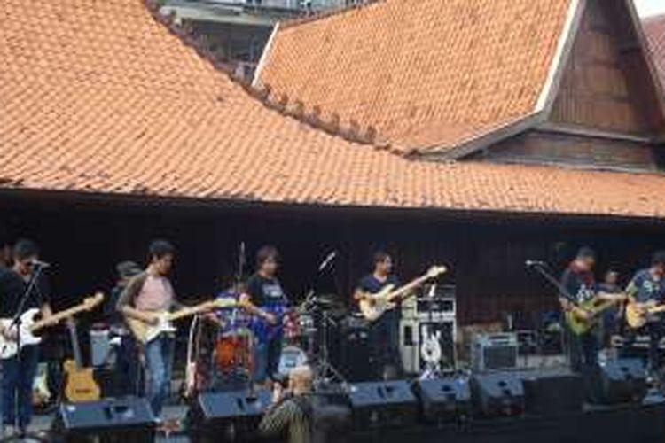 Lima gitaris yang tergabung dalam Six Strings, yaitu Dewa Budjana, Tohpati, Baron, Baim, dan Eross di Bentara Budaya Jakarta (BBJ), Jalan Palmerah Selatan 17, Kamis (12/5).