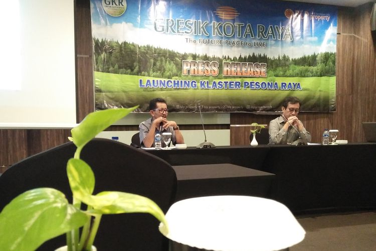 Marketing manager BLP Property, Ahmad Zainul Arief (kiri) dan Eko Sumargo, marketing consultan BLP Property, saat memberikan keterangan kepada awak media di Hotel Horison GKB Gresik, Senin (14/9/2020).
