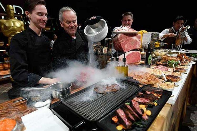 Wolfang Puck mempertunjukan teknik masak untuk makanan di makan malam Oscars.
