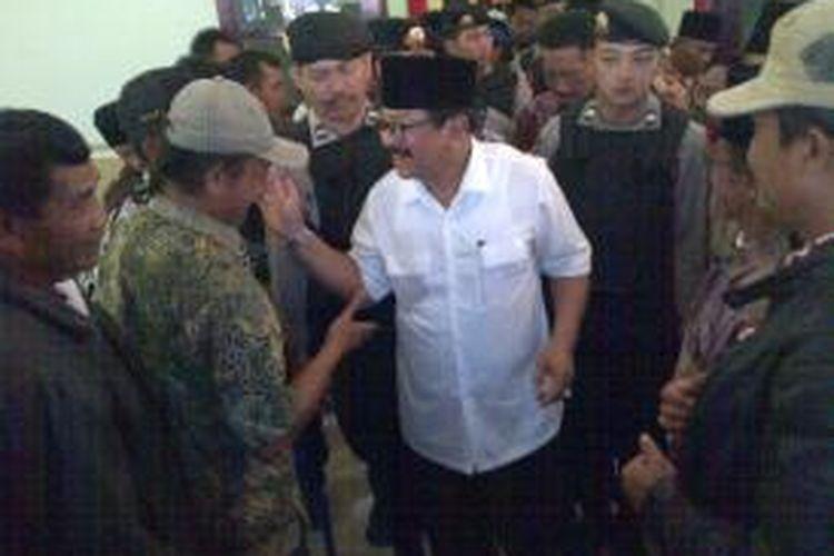 Calon Gubernur Jawa Timur, Soekarwo alias Pakde Karwo saat bertemu pendukungnya dalam kampanye di Kabupaten Malang, Kamis (15/8/2013).