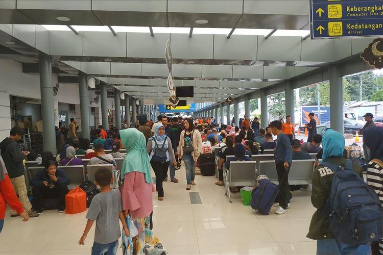 Suasana di Stasiun Pasar Senen pada H-2 Lebaran 2019, Senin (3/6/2019).
