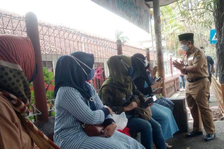 Bupati Cianjur Herman Suherman mendapati ibu-ibu sedang berkumpul di depan salah satu sekolah dasar di kawasan jalan Siliwangi, Cianjur, Senin (13/9/2021).  Herman mengingatkan para orangtua siswa itu untuk tidak menunggu di sekolah, karena bisa menimbulkan kerumunan.