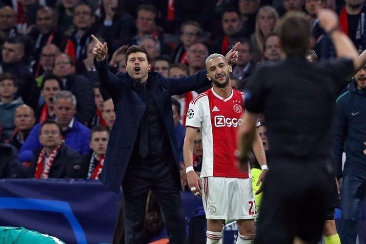 Mauricio Pochettino mempertanyakan putusan wasit Felix Brych seusai Danny Rose dilanggar Hakim Ziyech pada laga Ajax Amsterdam vs Tottenham Hotspur di Johan Cruijff Arena, 8 Mei 2019.
