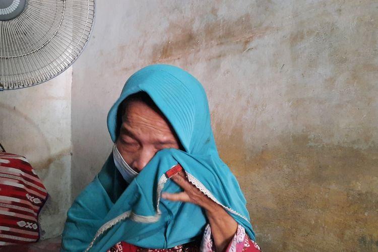Wiji (60), ibunda Serda Setyo Wawan mengelap air matanya saat ditemui kompas.com di Cepu, Blora, Senin (26/4/2021)
