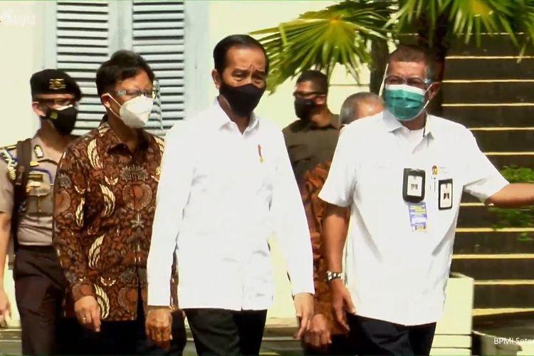 Foto tangkapan layar Presiden Joko Widodo meninjau vaksinasi Covid-19 massal yang digelar di Pasar Beringharjo dan Benteng Vredeburg, Daerah Istimewa Yogyakarta, Senin (1/3/2021).