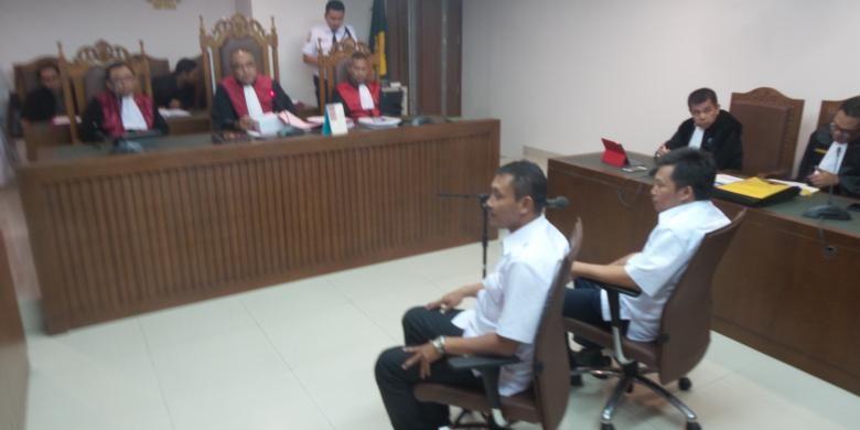 Dua terdakwa perkara pencemaran nama baik Joko Widodo melalui tabloid Obor Rakyat, Setiyardi Budiono dan Darmawan Sepriosa saat menjalani sidang pertama di Pengadilan Negeri Jakarta Pusat, Selasa (17/5/2016).
