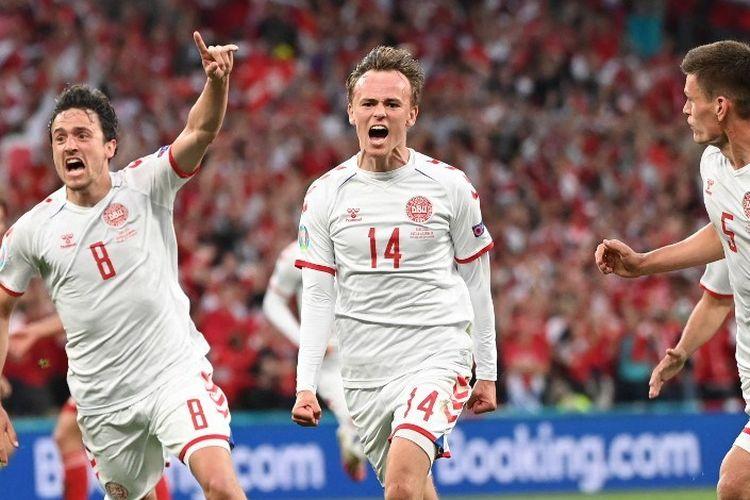 Penyerang Denmark, Mikkel Damsgaard (kanan), berselebrasi bersama rekannya setelah mencetak gol pada pertandingan Grup B Piala Eropa antara Rusia vs Denmark di Parken Stadium, Kopenhagen, Senin (21/6/2021) atau Selasa dini hari WIB.