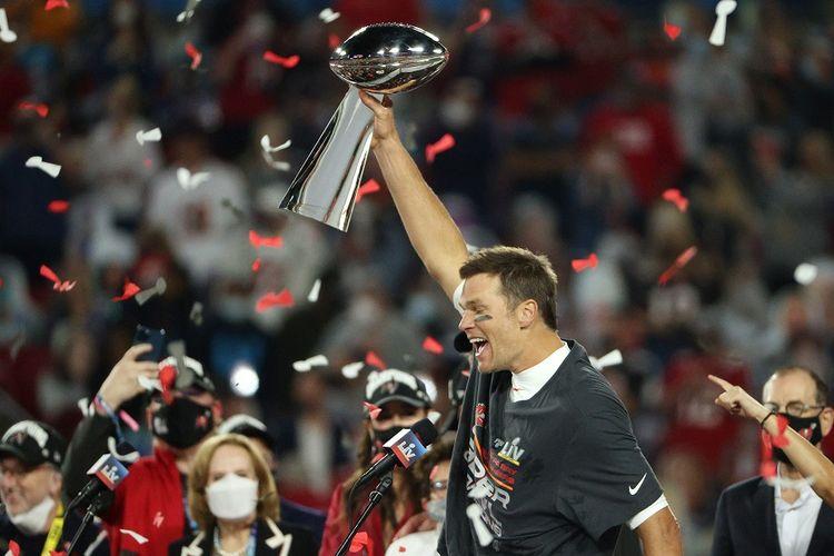Tom Brady dari Tampa Bay Buccaneers mengangkat Trofi Vince Lombardi setelah memenangi Super Bowl LV di Stadion Raymond James pada 7 Februari 2021 di Tampa, Florida. Buccaneers mengalahkan Chiefs 31-9.