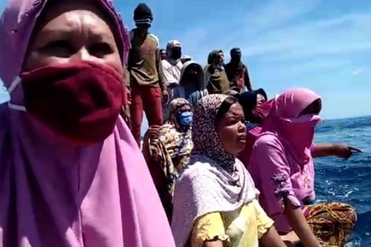 Warga Pulau Kodingareng Lompo Makassar saat memprotes penangkapan nelayan dan aktivis mahasiswa saat aksi protes tambang pasir di perairan Makassar, Sabtu (12/9/2020).