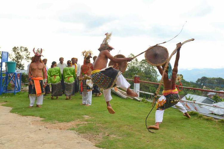 warga di kampung wisata Melo, Kecamatan Mbeliling, Manggarai Barat, NTT mementaskan tarian Kerangkuk Alu kepada tamu untuk pengembangan wisata berbasis budaya. (HANDOUT/BOPLBF)