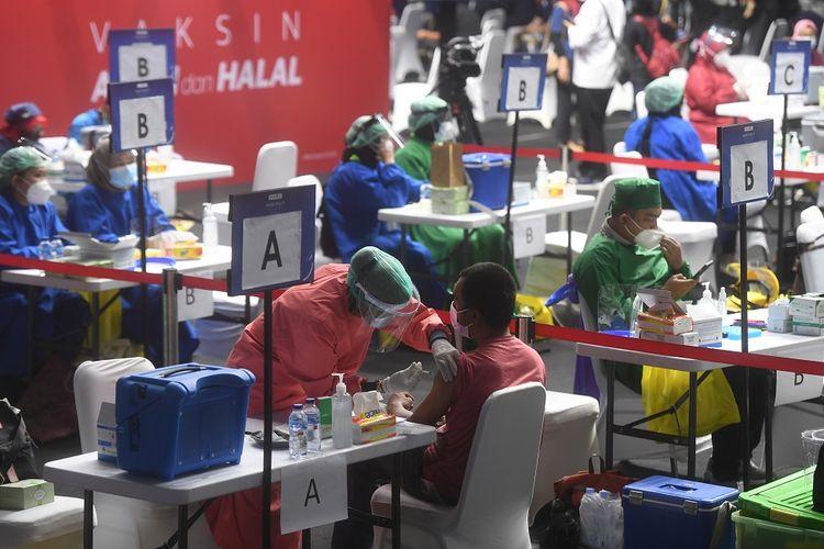 Seorang wartawan disuntik vaksin COVID-19 di Hall Basket, Senayan, Jakarta, Kamis (25/2/2021). Sebanyak 5.500 awak media di Jakarta akan menerima vaksin COVID-19 secara bertahap. ANTARA FOTO/Akbar Nugroho Gumay/hp.
