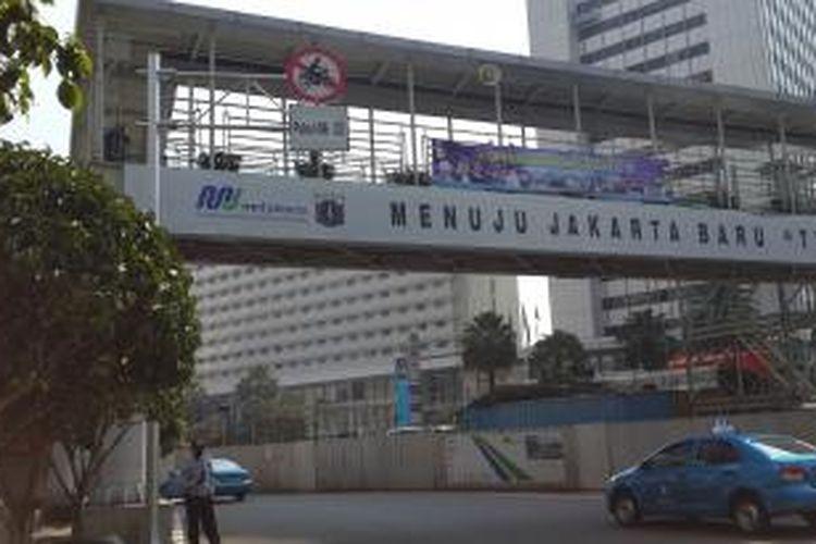 Larangan sepeda motor di Jalan MH Thamrin, Bundaran Hotel Indonesia, Jakarta Pusat.