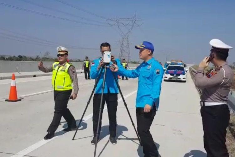 Polisi melakukan olah TKP dibantu alat Traffic Analysis Accident (TAA) untuk mengetahui seberapa jauh ambulans terseret dari lokasi kejadian, di Ruas Tol Pejagan-Pemalang KM 300, Jumat (20/9/2019)