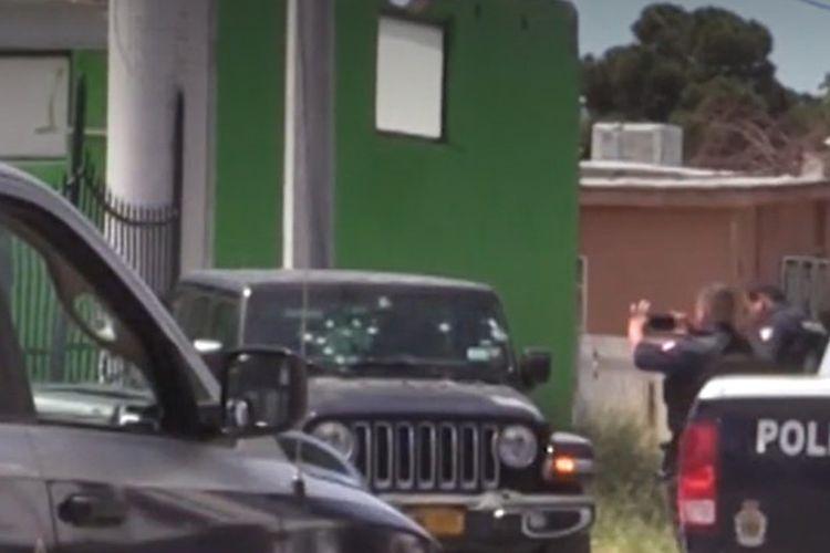 Polisi tengah memeriksa Jip hitam yang dipakai Pat Landers, seorang golf profesional Amerika Serikat, saat ia dan pacarnya tewas ditembak oleh kartel narkoba di kota Juarez, Meksiko.
