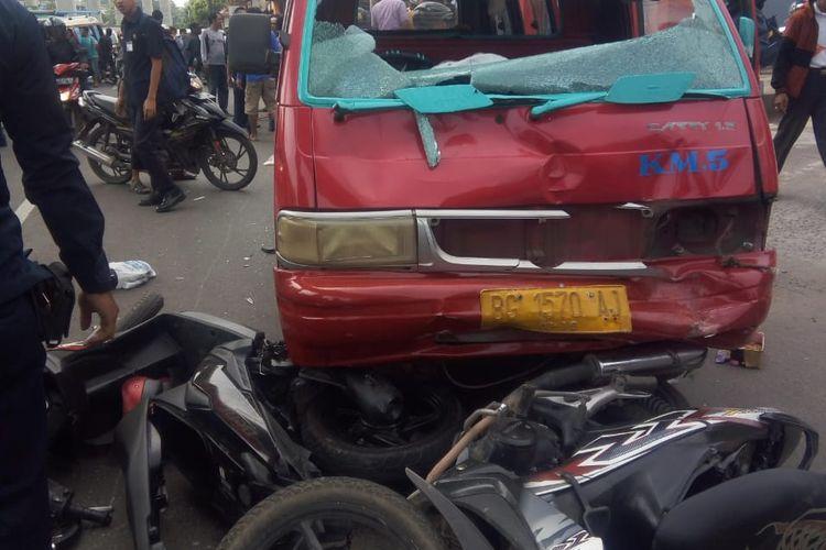 Mobil angkot yang menabrak pengemudi ojek hingga tewas akibat hilang kendali, saat kecelakaan di jalan Kolonel Haji Burlian Palembang, Sumatera Selatan, Senin (10/9/2018).