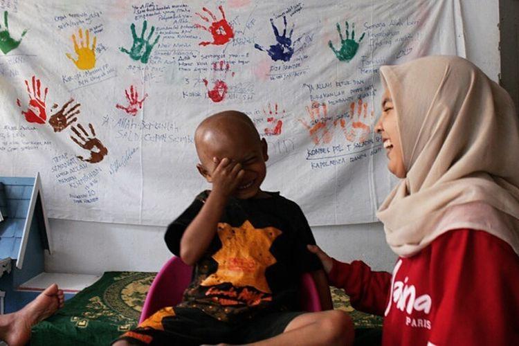 Silvira Nazzai sedang menghibur seorang anak pasien penderita kanker  di rumah singgah Children Cancer Care Community Aceh (C-FOUR) di Banda Aceh, Sabtu (28/10/17).