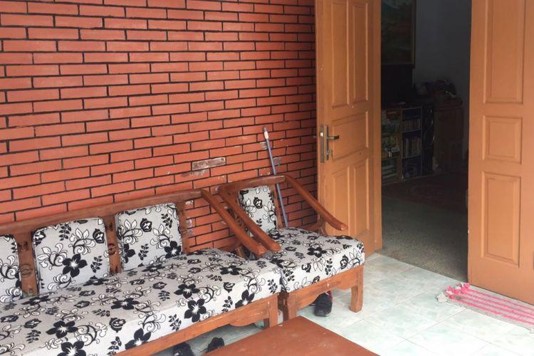 Halaman rumah Dwi Agus (39) di Jalan Haji Muhi, Pondok Pinang, Kebayoran Lama, Jakarta Selatan, Selasa (13/2/2018). Dwi ditangkap polisi karena diduga telah melakukan pencabulan dan pemerkosaan.