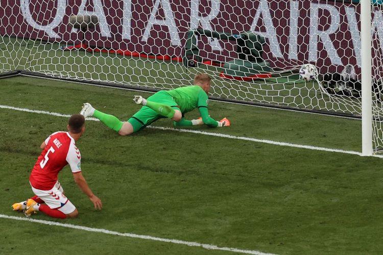 Kiper Denmark Kasper Schmeichel kebobolan gol Finlandia pada laga pembuka Grup B Euro 2020 di Stadion Parken, Sabtu (12/6/2021).